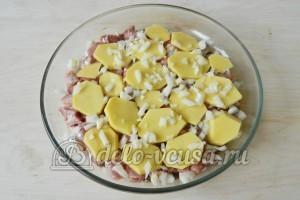 Картофельная запеканка с мясом и грибами: Посыпаем луком