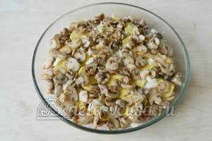 Картофельная запеканка с мясом и грибами: Выкладываем грибы