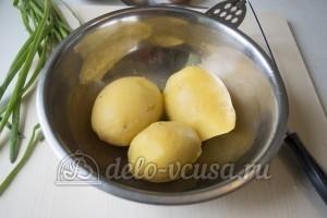 Котлеты из консервов и картошки: Размять картошку