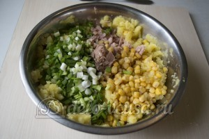 Котлеты из консервов и картошки: Соединить ингредиенты