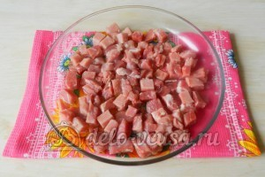 Картошка с мясом в духовке: Нарезать мясо