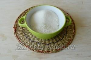 Кокосовый пирог со сливками: Сахар соединить с кокосовой стружкой