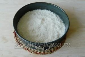 Кокосовый пирог со сливками: Добавить сахар с кокосовой стружкой