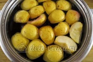 Компот из яблок и черной смородины: Добавить яблоки