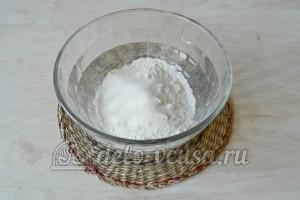 Корзинки со сливочным кремом: Смешиваем муку с сахаром