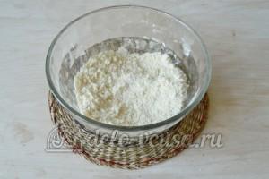 Корзиночки со сливочным кремом: Растираем все ингредиенты в крошку