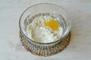 Корзиночки со сливочным кремом: Добавляем в тесто яичный желток и воду