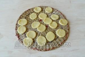 Корзиночки со сливочным кремом: Из маленького пласта теста вырезаем кружки