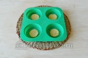 Корзиночки со сливочным кремом: Раскладываем нарезанные кружки в силиконовые формы