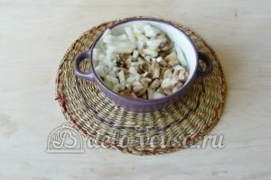 Котлеты с грибами: Измельчить лук и грибы