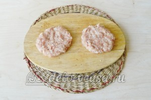 Котлеты с грибами: Формируем лепешки из фарша