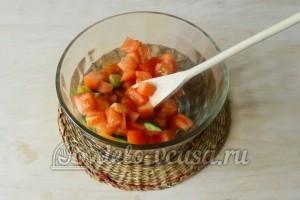 Салат из огурцов, помидоров и перца: Режем помидоры и добавляем к огурцам