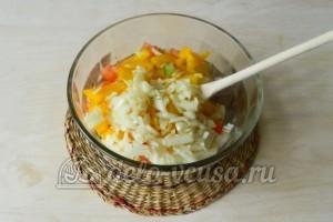 Салат из огурцов, помидоров и перца: Добавляем порезанный репчатый лук