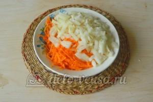 Печеночный торт из свиной печени: Измельчить лук и морковь