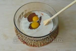Печеночный торт из свиной печени: Добавить яйца и молоко