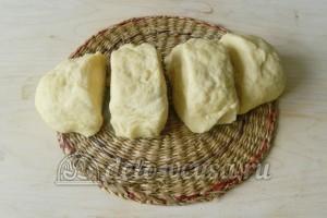 Печеные пирожки с картошкой: Делим тесто на четыре части