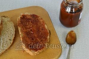 Горячие бутерброды с сосиской и сыром: Смазать хлеб томатной пастой