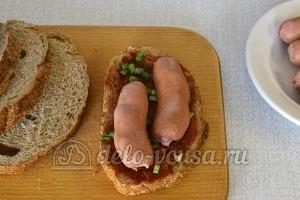 Горячие бутерброды с сосиской и сыром: Сосиски разрезать