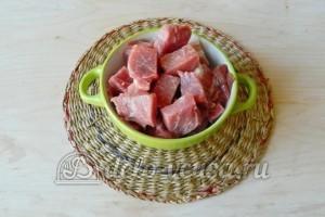 Плов со свининой на сковороде: Нарезаем мясо кубиками