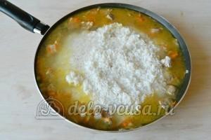 Плов со свининой на сковороде: Добавляем рис, заливаем водой и тушим