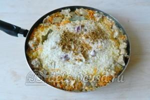 Плов со свининой на сковороде: Добавляем соль, перец, приправу и чеснок