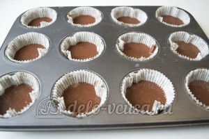 Шоколадные капкейки с кремом: Разлить тесто в формочки