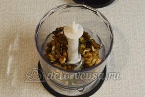Салат Гранатовый браслет: Измельчить орехи
