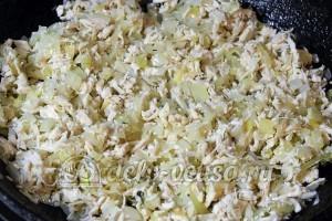 Салат Гранатовый браслет: Обжарить курицу с луком