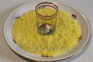 Салат Гранатовый браслет: Кладем слой из отварной картошки