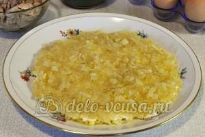 Салат Подсолнух с печенью трески: Смазать майонезом и выложить пассерованный лук