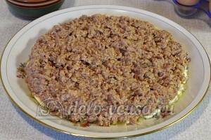 Салат Подсолнух с печенью трески: Печень трески размять вилкой и выложить слоем