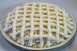 Салат Подсолнух с печенью трески: Верх салата оформляем майонезной сеткой