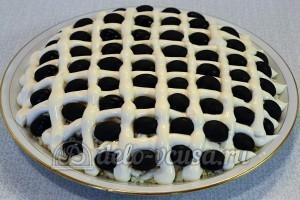 Салат Подсолнух с печенью трески: В клетки выложить маслины