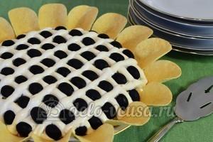 Салат Подсолнух с печенью трески: Выложить чипсы