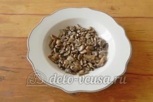 Салат с грибами и сыром: Выкладываем обжаренные грибы на дно тарелки