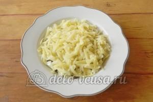 Салат с грибами и сыром: Натираем сверху картофель