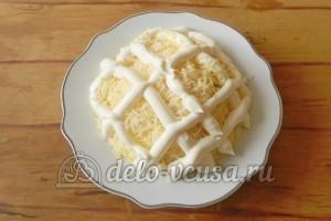 Салат с грибами и сыром: Рисуем сетку майонезом