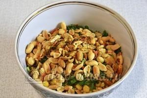 Салат с капустой и арахисом: Заправить салат