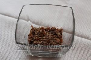 Салат со шпротами и сыром: Выложить шпроты в салатник