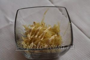 Салат со шпротами и сыром: Натереть картофель