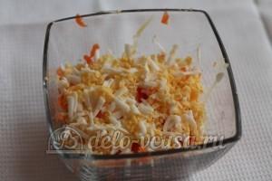 Салат со шпротами и сыром: Измельчить яйца
