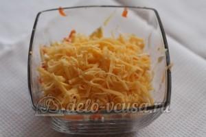 Салат со шпротами и сыром: Натереть сыр крупно