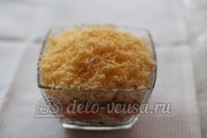 Салат со шпротами и сыром: Натереть сыр мелко
