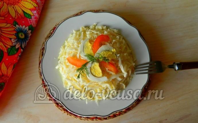 Салат из колбасы, сыра и помидоров
