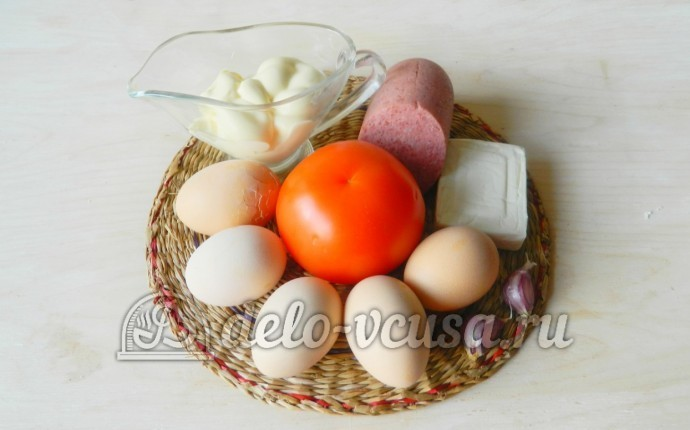 Салат из колбасы, сыра и помидор: Ингредиенты