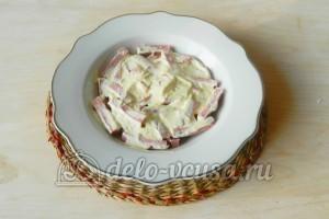 Салат из колбасы, сыра и помидор: Смазать слой майонезом