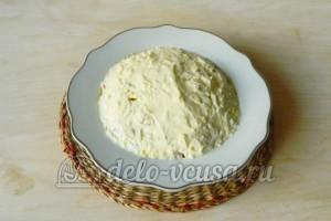 Салат из колбасы, сыра и помидор: Смазать салат майонезом