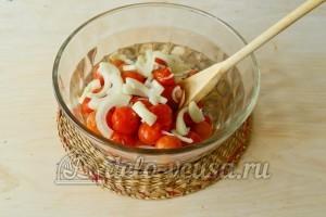 Соус из соленых помидоров: Соединить помидоры и репчатый лук