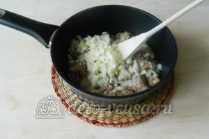 Спагетти с подливой из фарша: Обжариваем фарш с солью и луком