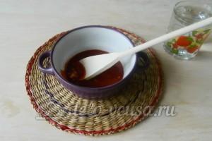 Спагетти с подливой из фарша: Смешиваем томатную пасту и чеснок